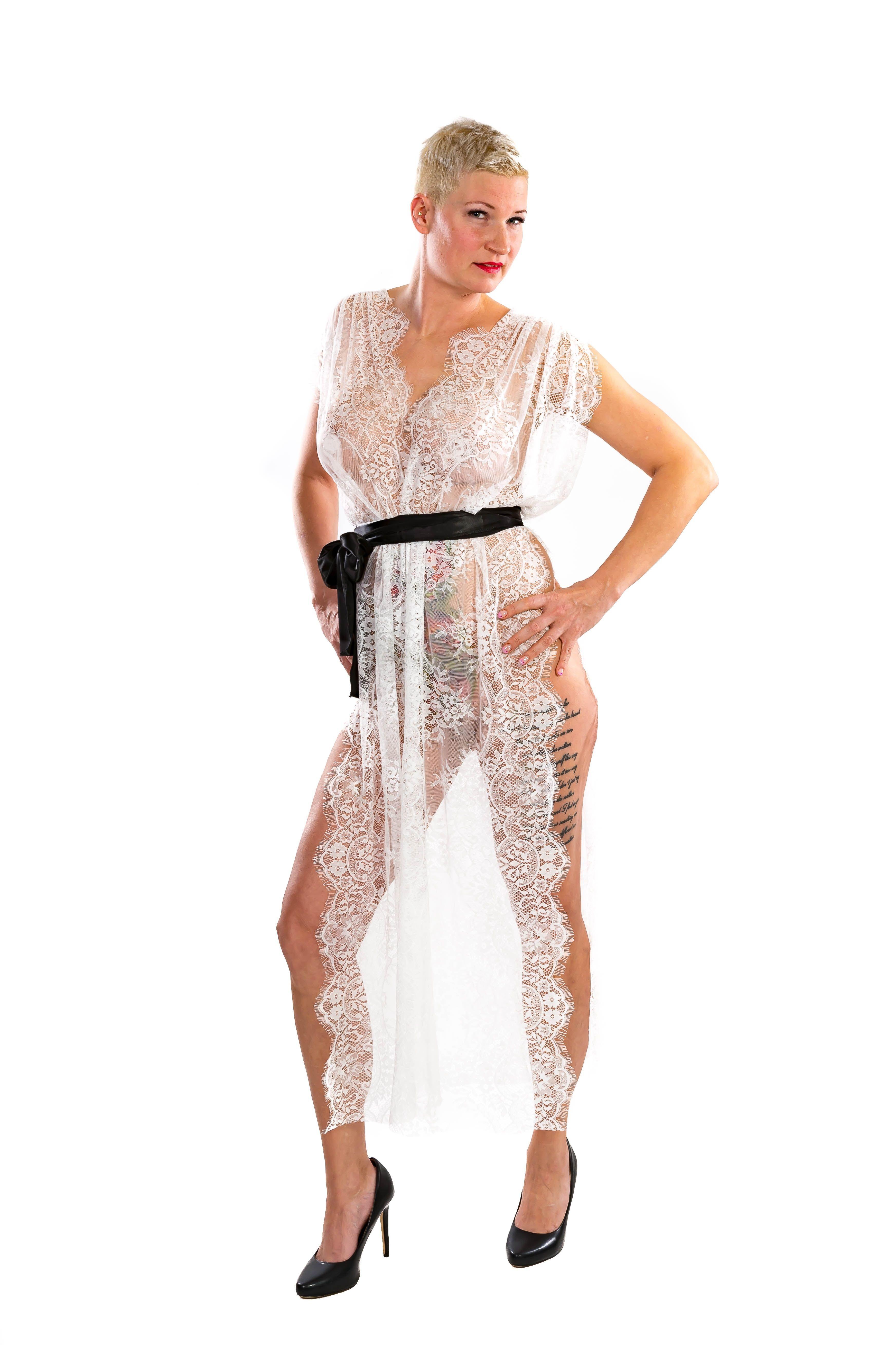 0e8c6dae4bda2c Kleid Lydia aus weißer Wimpernspitze mit schwarzem Satingürtel von  SiaLinda! 89