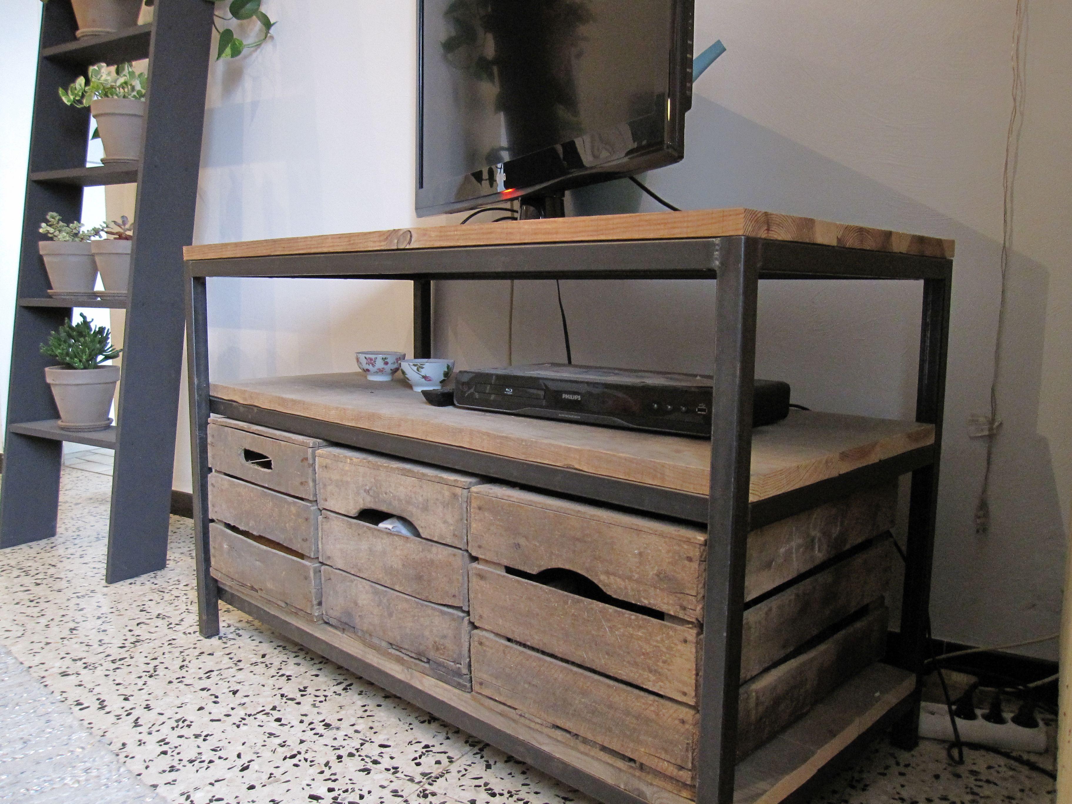 Meuble t l acier et sapin massif avec caisses en bois assorties palette meuble bois et - Meuble fer et bois ...