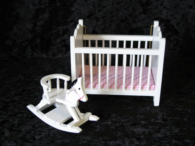 Superb Puppenbett Weiss Und Schaukelpferd Puppenhaus Moebel Kinderzimmer Miniaturen  1:12   VM23279