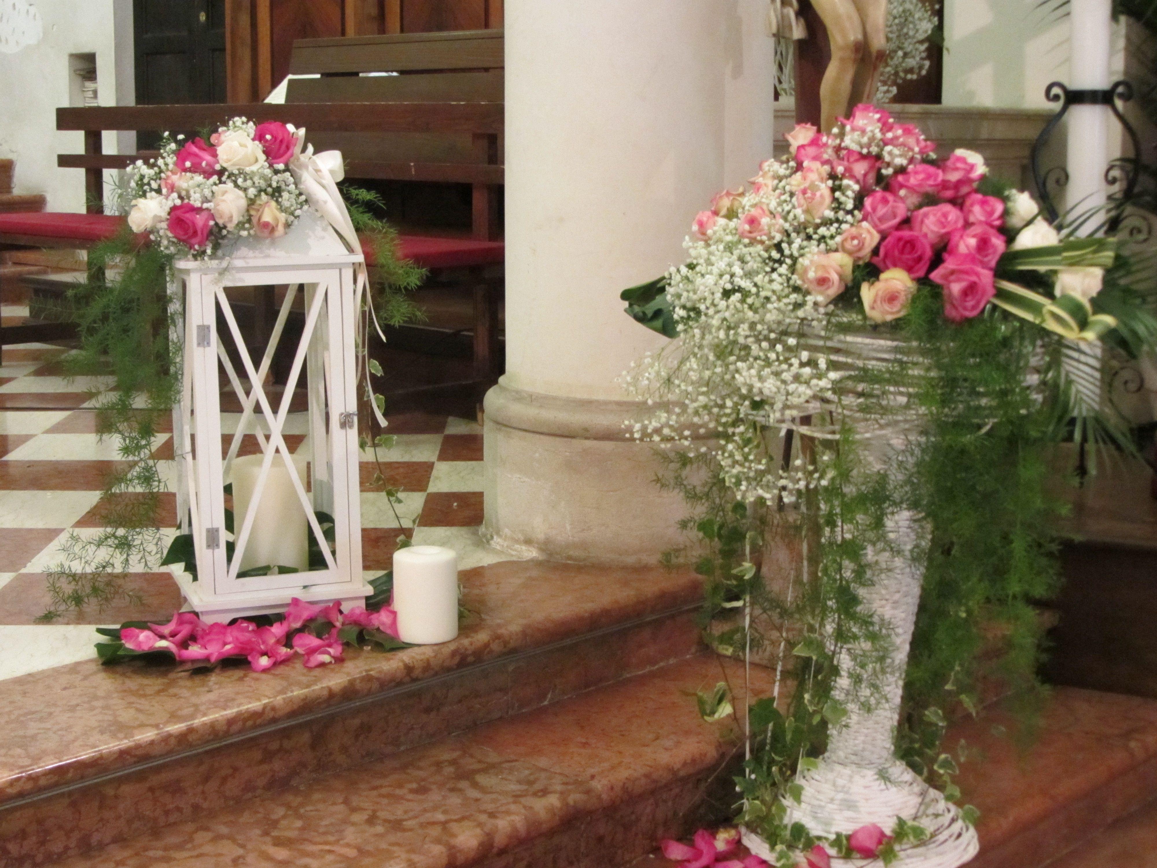 Particolare Di Addobbo Chiesa Con Alzata E Lanterna Altar Arrangement Wedding Decorations Wedding