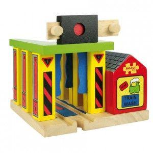 Lavadero para trenes de juguete de madera en El País de los Juguetes