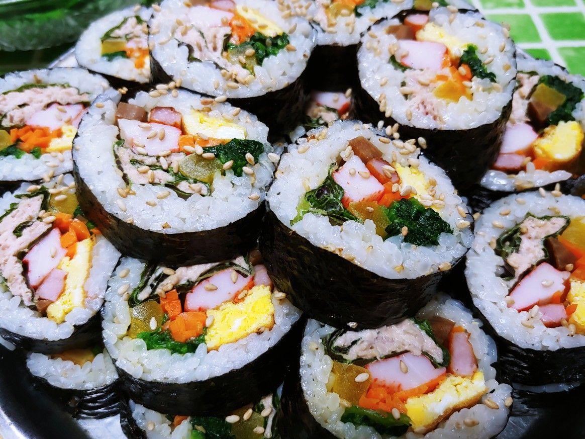 오늘은 김밥을 만들어 봤습니다 ( 처형께서 ㅋㅋㅋ )   김밥이 먹기는 쉬워도 만드는건 어려워요 준비는 더 오래걸리지만 먹을땐 낼름 낼름 금방 없어지죠 김밥이 한식중에 칼로리로는 삼계탕과 함께 상위권에 올라 있는데 아마 1.2.위를 할겁니다 ㅎㅎㅎㅎ   준비과정은 복잡하고 누구나 다 아는거라 생략하고 마는 과정만 만들어 봤습니다 ..  물론 먹는 모습도 뺏어요 ( 아시는 분들이야 익숙해서 참을만 하겠지만 생소한 분들에겐 엄청난 정신적 충격을 줄만한 비쥬얼이라 ....고객 보호 차원에서 ㅋㅋㅋ)   보니까 아파트에도 단풍이 내려오더라구요 이반주말에 김빕싸서 가족과 함께 나들이 어떨까요..? ( 춰뤼 패밀리는 조만간에 환선굴 인근에 다시 나티날듯요 ㅎㅎㅎ )   #광명전통시장 #광명시장 #전통시장 #재래시장 #추천맛집 #광명왕족발  #광명할머니왕족발 은 #광명소셜상점 #미리내가게  #광명8경 #광명동굴 #광명시 #LocalGuides 와 함께 합니다