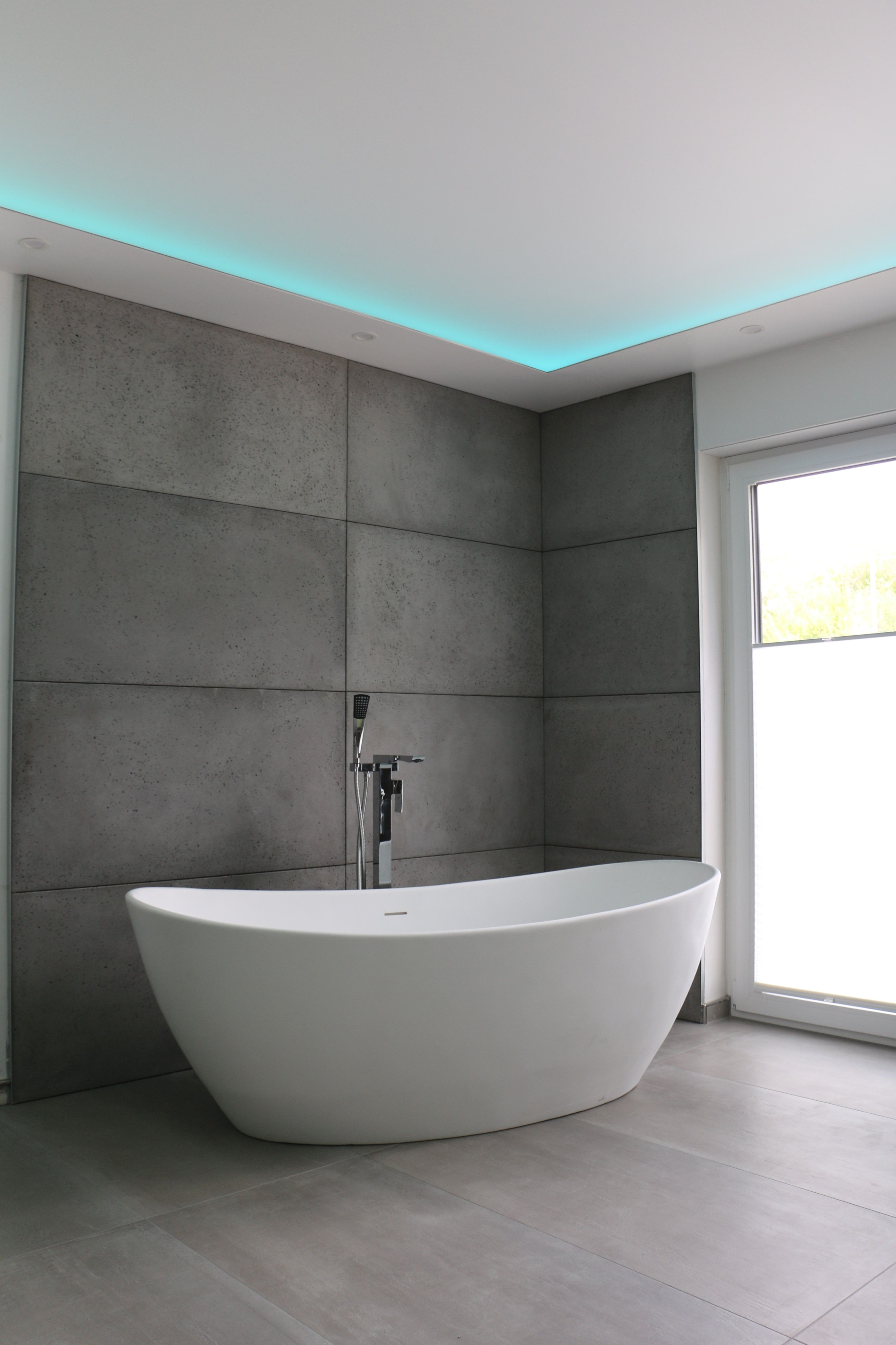 Moderne Badgestaltung Betonplatten Freistehende Badewanne Spanndecke Matt Mit Indirekten Beleuchtu Badgestaltung Badezimmer Design Modernes Badezimmerdesign