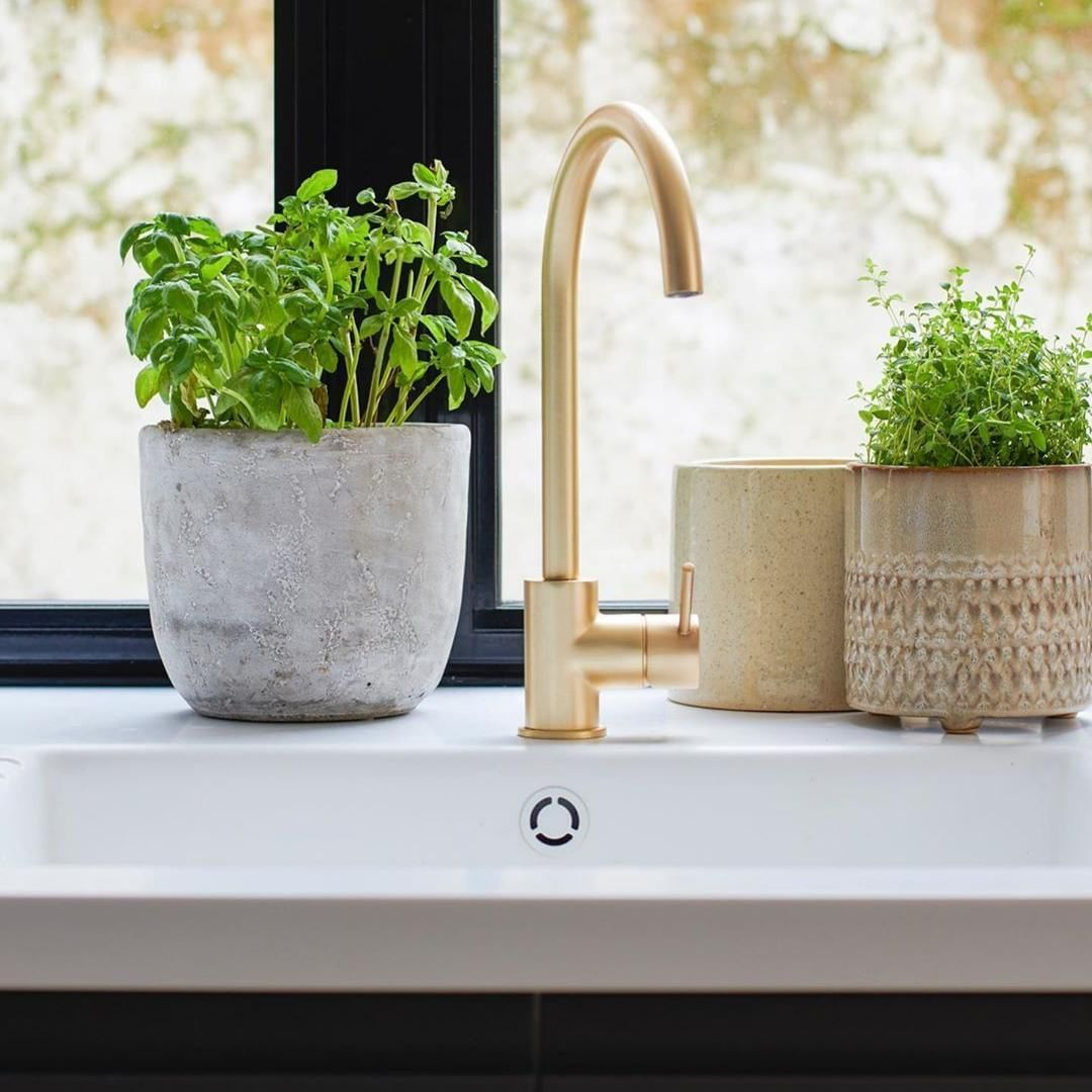 Howdens On Instagram Our Lamona Alvo Brushed Brass Tap Looks Right At Home In A Kitchen Refurbishment Completed In 2020 Kitchen Refurbishment Brass Tap Brushed Brass