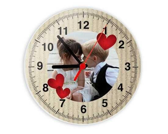 L'orologio in vetro con sfondo beige e cuori