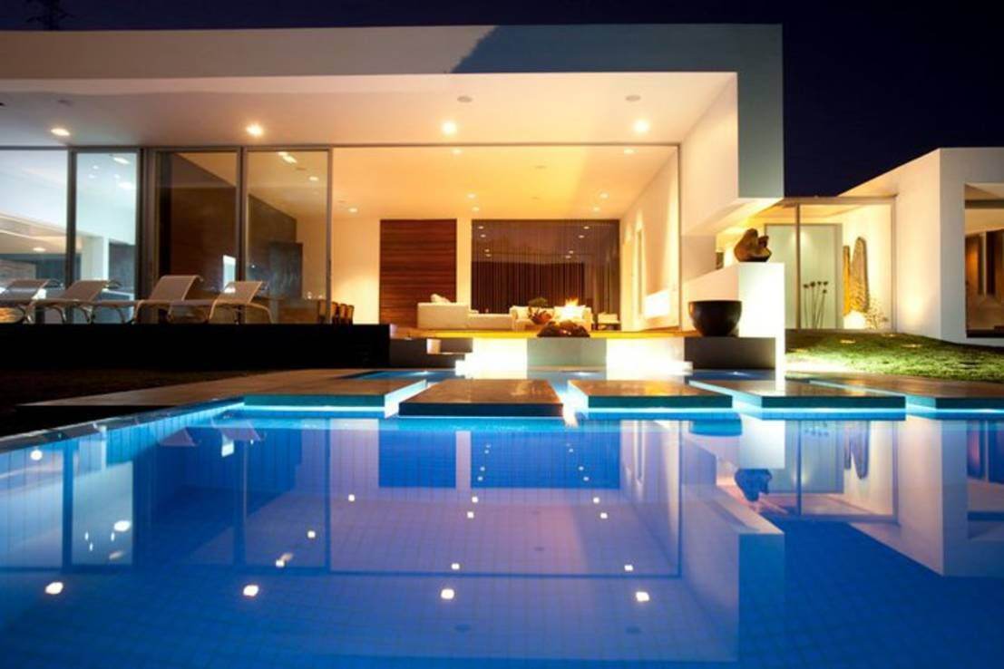 A Remarkably Beautiful Home Homify Beautiful Homes Indoor Outdoor Living Pool At Night