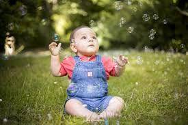 que hace un bebe a los 7 meses de nacido