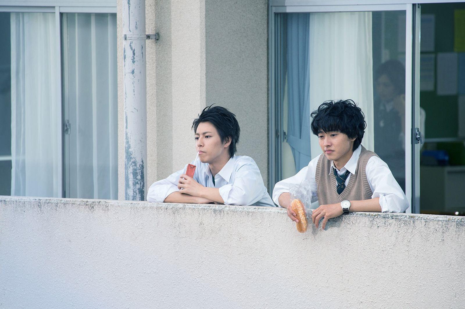 画像1 2 山崎賢人 視線の先には 気になる子 超特急 松尾太陽と等身大の昼休み 友情フォト 友達のポーズ 青春 写真
