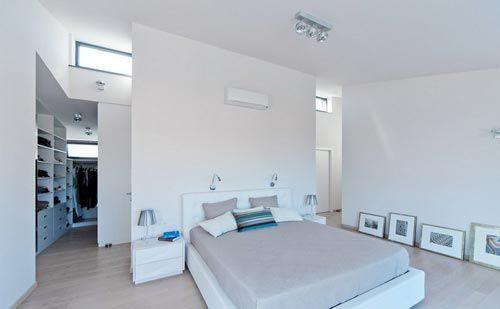 Moderne villa slaapkamer met grote inloopkast | Interieur ...
