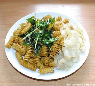 Tanja Bao: Frühstück, Mittag- und Abendessen vol.2. Dinkelnudeln, gebraten mit Curry und Thai Basilikum und gebratenem Jaromakohl.
