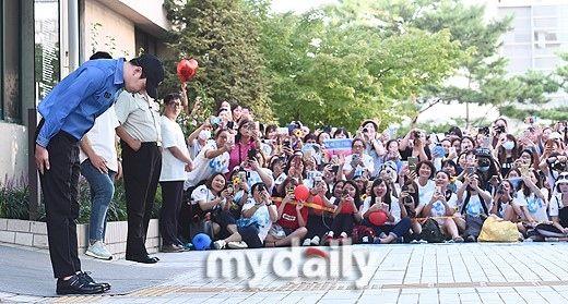 3cf58961bd06 おじぎ」おしゃれまとめの人気アイデア|Pinterest |MUG | Korean star ...