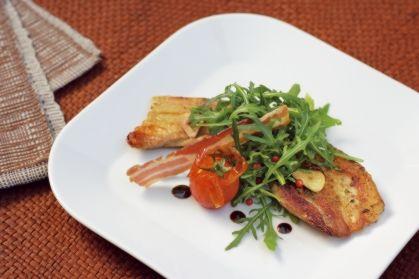 Schweinebauch knusprig gegrillt mit Rucola-Salat in Kern-Öl-Bohnen-Dressing