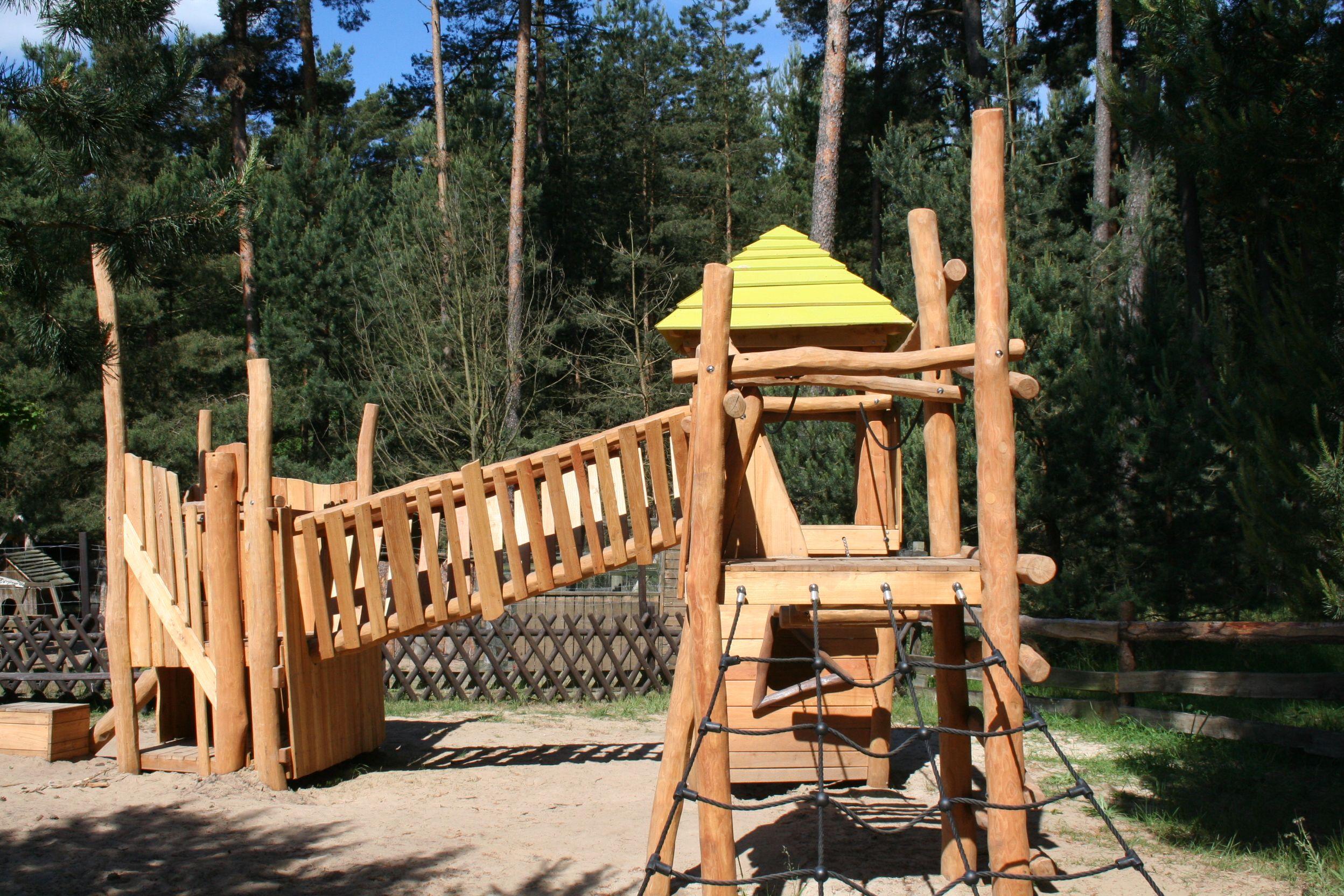 Die Spielburg - nur ein Teil des Spielplatz und der vielen Spielmöglichkeiten. Alle Infos zum Familotel Borchard's Rookhus gibt es hier: http://kinderhotel.info/kinderhotel/familotel-borchard-s-rookhus