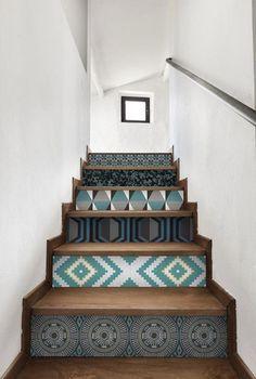 Des escaliers déco avec du papier peint à motifs géométriques                                                                                                                                                                                 Plus