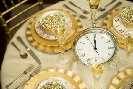 Clocks on tables are a great idea to countdown to the New Year! If I ever have a New Year's party...