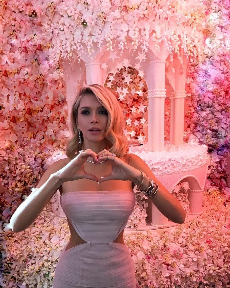 c22950aeb7192f5 СМИ: Вера Брежнева вышла в свет в полупрозрачном розовом платье ...