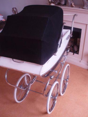 Ouderwetse Koelstra kinderwagen uit de jaren zestig