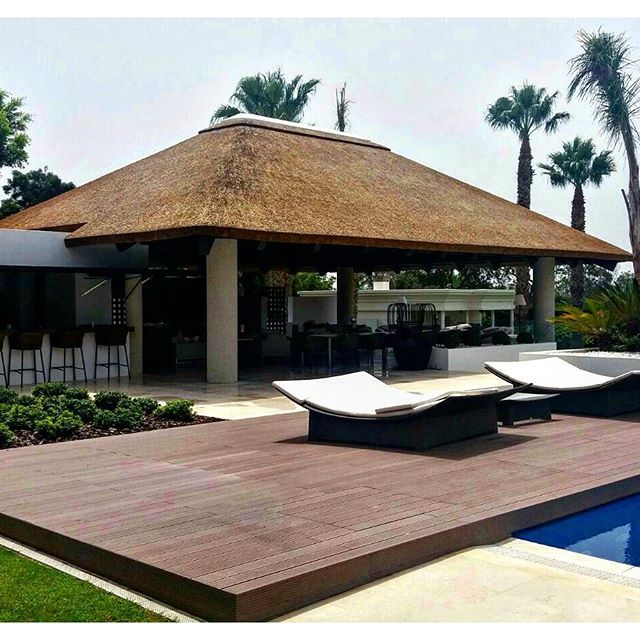 Luxurious Thatched Gazebo Entertainment Area With Kitchen Plush Seating Area Cape Reed Built In Braai Round House Plans Entertaining Area