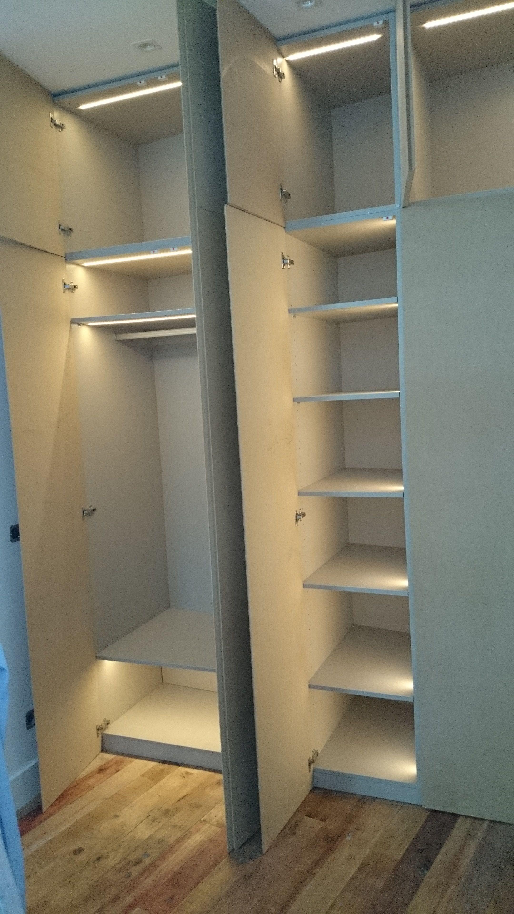 armario con iluminacin led integrada la instalacin re realiz coordinada con los montadores del armario quedando los leds empotrados en la madera