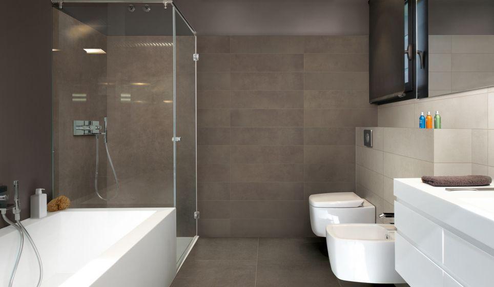 Wandtegels Badkamer Beige : Moderne en basic badkamer met donkerbruine en beige vloer en