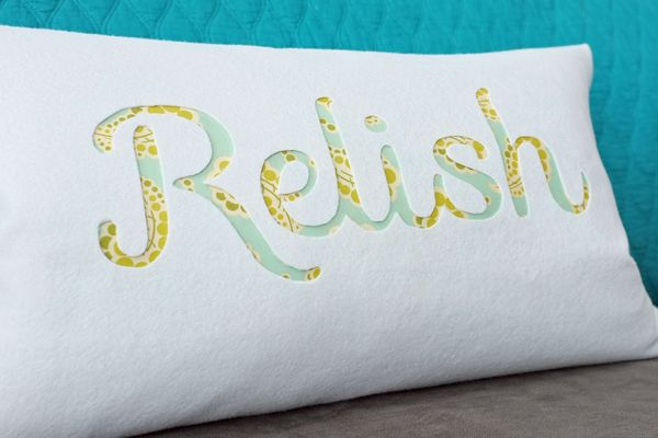 I like the method used to made the pillow but wouldn't use felt because of pet hair sticking to it. How to Make an Easy Typography Pillow by Teal & Lime for makelyhome.com