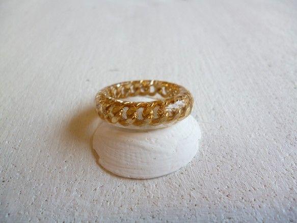 樹脂の中にゴールドチェーンを封じ込めたリング。シンプルなので何にでも合わせやすいリング。重ねづけしてもかわいいです。※リングサイズ:14.5号|ハンドメイド、手作り、手仕事品の通販・販売・購入ならCreema。