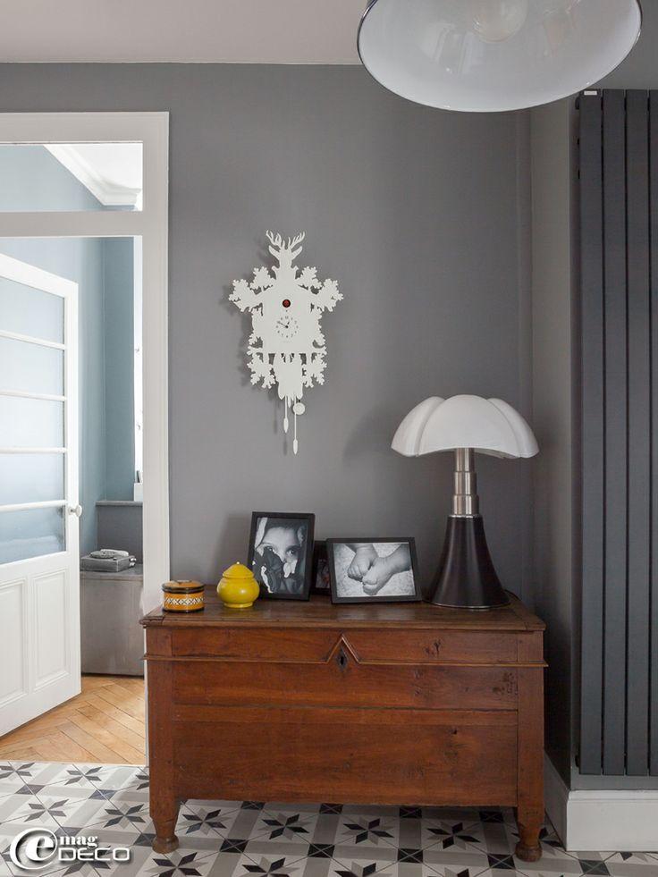 finest lampe tlescopique en italien de designer gae aulenti pose sur un vieux coffre en noyer. Black Bedroom Furniture Sets. Home Design Ideas