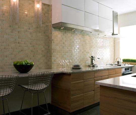 Gabungan warna coklat dan putih pada kitchen kabinet ditambah dengan ...