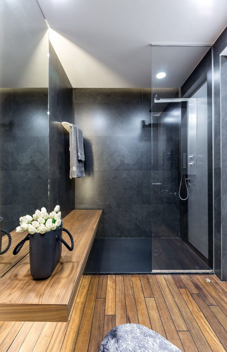 Graue Einrichtung Badezimmer Modern Holz Dusche Glaswand Innendesign Design Interior Bad Styling Bad Design Badezimmer