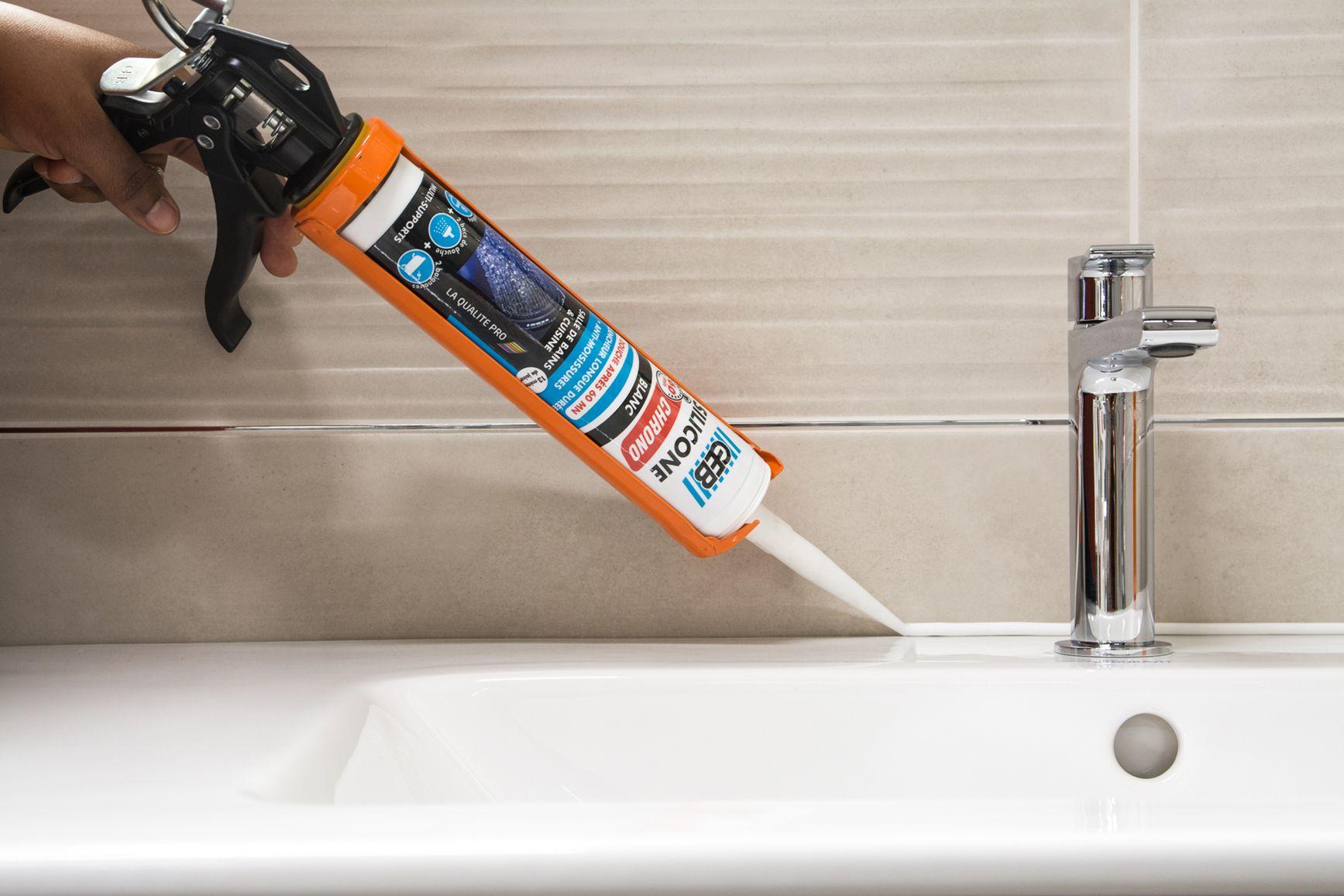 Joints de douche ou de baignoires abîmés ou encrassés ? Les refaire en un temps record est un ...