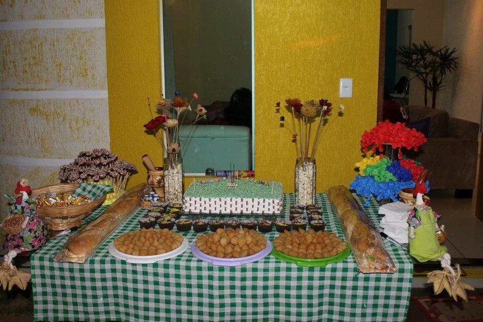 Mesa de bolo e salgados no estilo de mesa americana