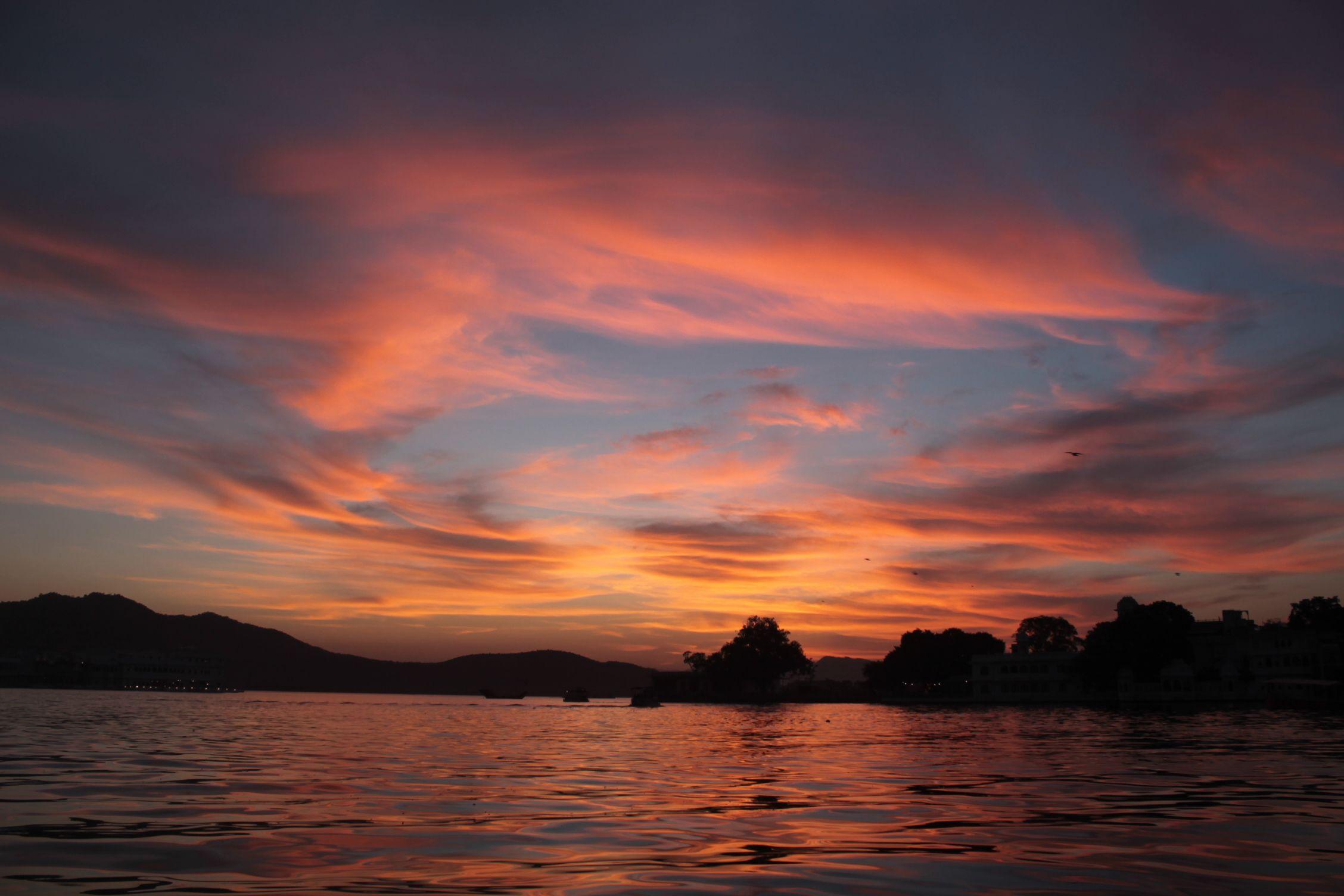 Puesta de sol junto al lago
