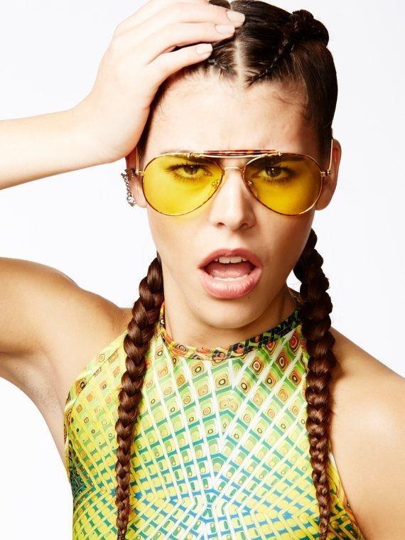 3bc69dcd8b68f Óculos de lentes coloridas.   42 tendências de moda e acessórios que vão  fazer toda garota brasileira dos anos 90 morrer de saudades