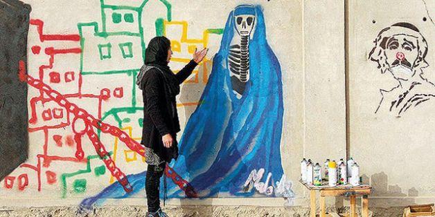 """""""(...) Malina, tem 23 anos e, além de professora, realizava suas atividades enquanto grafiteira de forma disfarçada, saindo às ruas de Kandahar, uma das cidades mais perigosas do Afeganistão, para espalhar mensagens políticas.  Foi várias vezes ameaçada pelos Taliban e seu pai acabou sendo agredido. Esteve exilada na Índia e voltou recentemente, para continuar seu trabalho pelas ruas."""""""