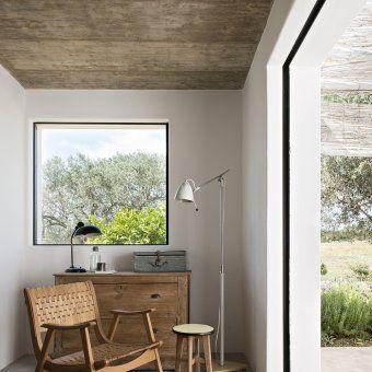 fauteuil en bois vintage dans une chambre d'hôte de près de