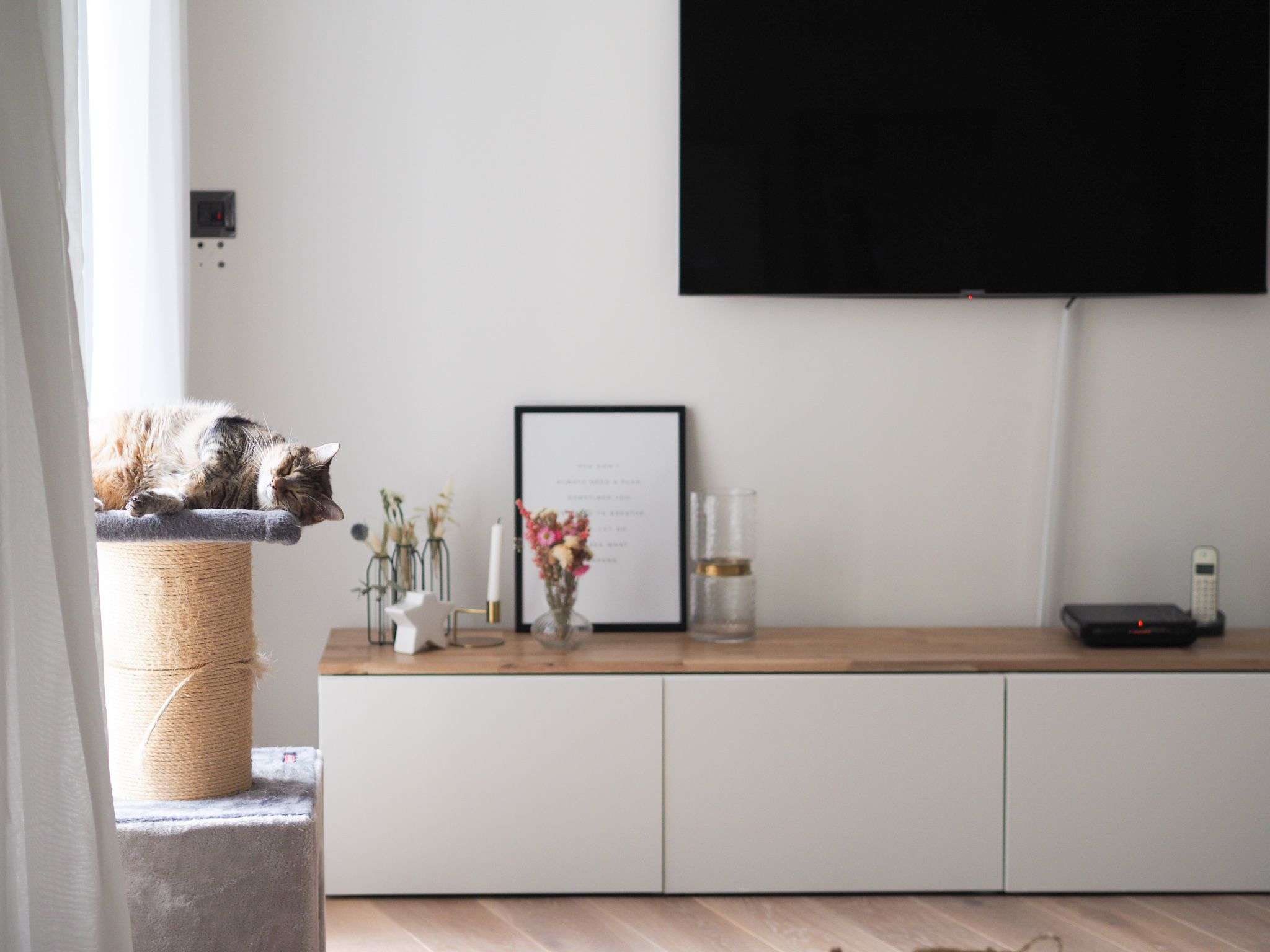 Diy N 2 Le Meuble Tv Revisite Simon Ette En 2020 Diy Meuble Ikea Meuble Tv Deco Salle A Manger