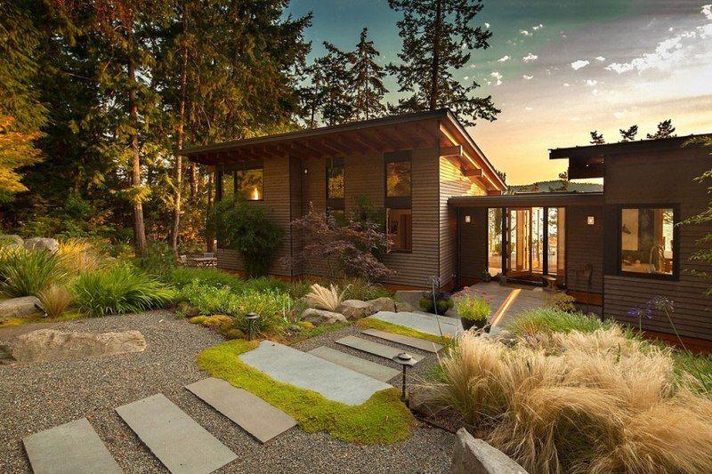 Maison contemporaine en bois dans un paysage accueillant au Canada ...