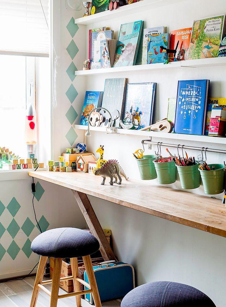 Entzückender Kunstraum für Kinder – Wandmontierter Holzschreibtisch mit vielen schwebenden Regalen #floatingshelves