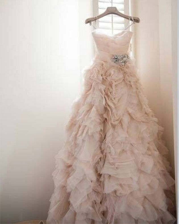 Vestido de novia en tono rosa empolvado moda pinterest for Pink ruffle wedding dress