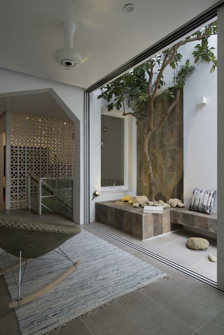 Moderne Raumteiler aus Glas und Holz in asiatischem Haus   Atriums ...