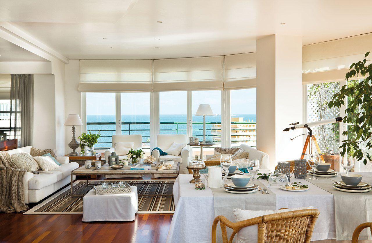 Sal n con sof s en blanco y grandes ventanales con vistas - Decoracion salones grandes ...