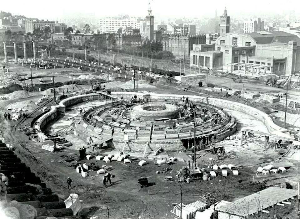 Construcció Font de Montjuïc.1928. A la dreta de la imatge