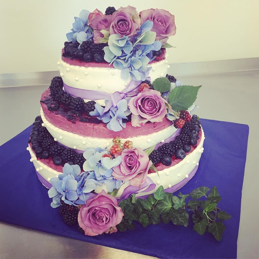 3d8a208d0eb8 Dagens bröllopstårta moussetårta med björnbär & blåbär. #sockermajas  #bakery #bröllop #weddingcake #björnbär