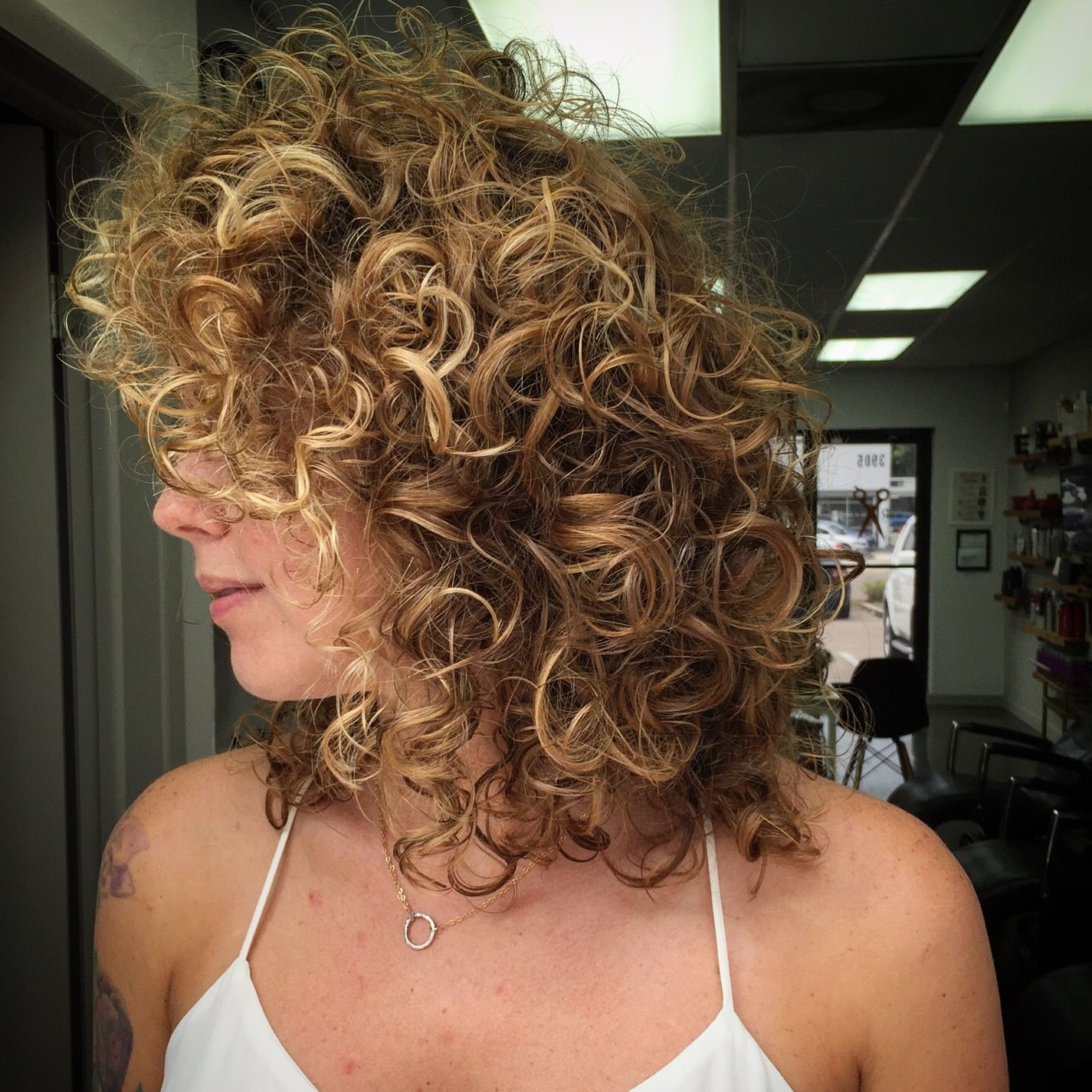 Natural Curly Hair With Honey Highlights And Caramel Tone Lights Using Schwarzkopf Professional Rostylesal Wedding Hairstyles Hair Curly Hair Styles Naturally