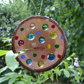 Bringen Sie Sonne in Ihr Leben - und in Ihren Garten. Mit dieser liebevoll handgefertigten Sonnenscheibe gelingt Ihnen das im Nu.   Trifft Licht oder Sonne auf die Scheibe, leuchten die... #holzscheibendeko