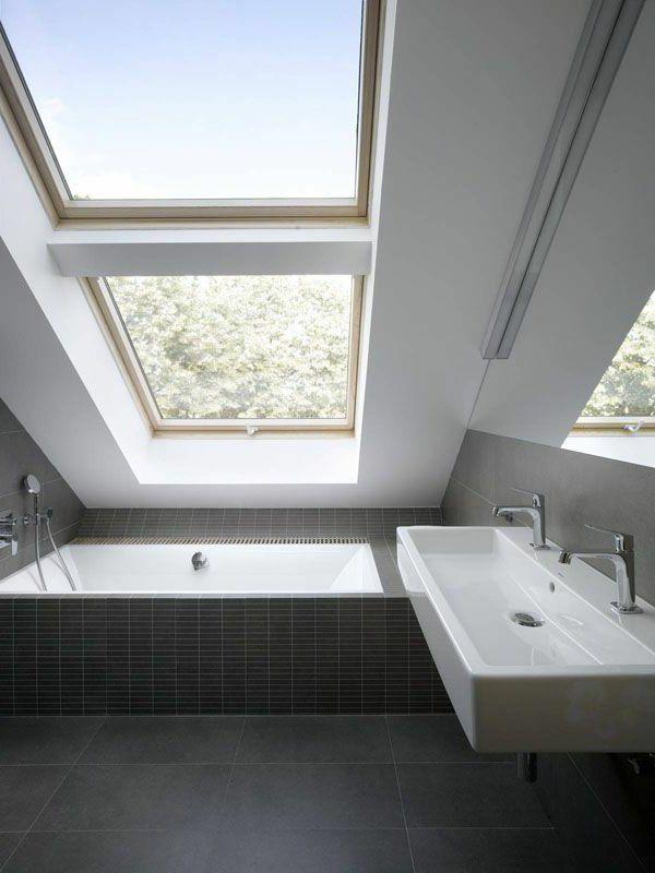 une salle de bain sous pente ou sous combles en 52 photos combles salle de bains et salle. Black Bedroom Furniture Sets. Home Design Ideas