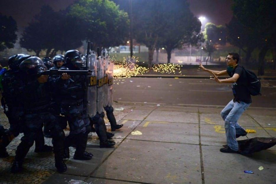 Un manifestante brasileño ante los disparos de la policía. Durante las protestas contra la corrupción y la brutalidad policial.