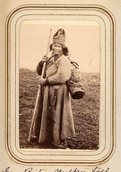 Eva Brita Mulka, f. Granström, 28 år, med barn i kont på ryggen. Tuorpons sameby. Ur Lotten von Dübens fotoalbum med motiv från den etnologiska expedition till Lappland som leddes av hennes make Gustaf von Düben 1868.