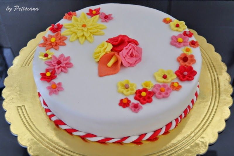 Bolo De Aniversário: Bolo De Aniversário Com Recheio De Doce De Ovos E Amêndoas