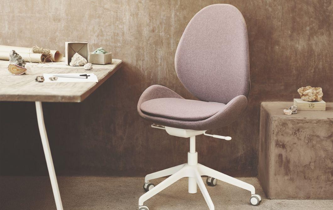 La chaise de bureau hattefjÄll rose et blanche dans un coin bureau